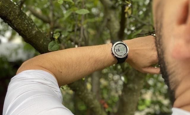 Mann schaut auf seine Smart Watch