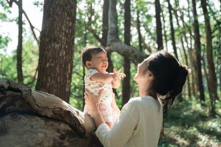 Mutter mit Baby im Wald